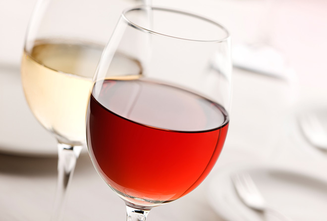 """お酒好き女子は """"赤ワイン""""と""""白ワイン""""どちらを選ぶべき?"""