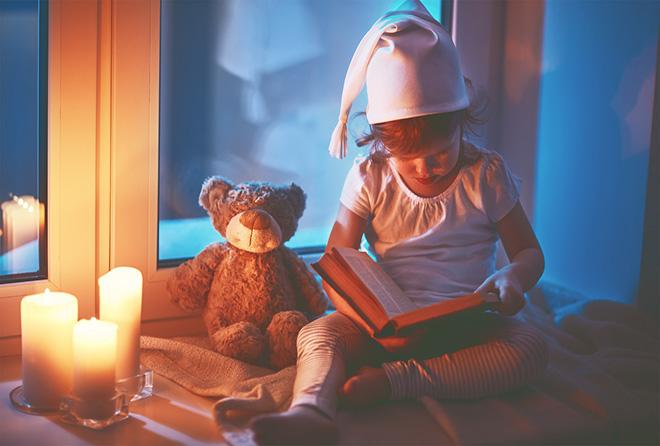 「暗い部屋で本を読むと目が悪くなる」に根拠は無かった!