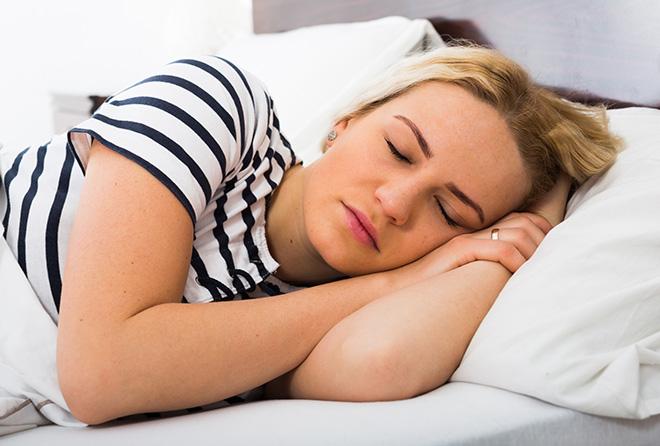 ストレスのサイン? 寝ている時のピクッはなぜ起こるの?